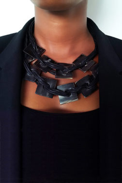 Collier noir cuir et corne